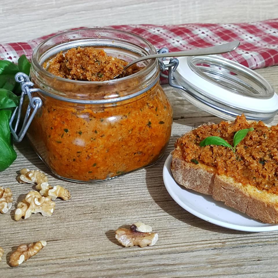 Pesto di pomodori secchi e noci pronto in pochi minuti